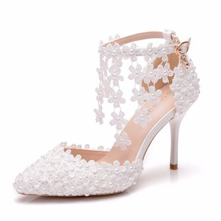 b525f3496a White lace, fringed wedding shoes, one-character wristband brides ...