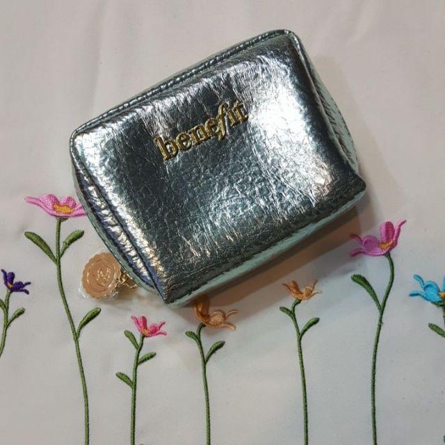 กระเป๋าเครื่องสำอางค์ Benefit สีเงินด้านในสี