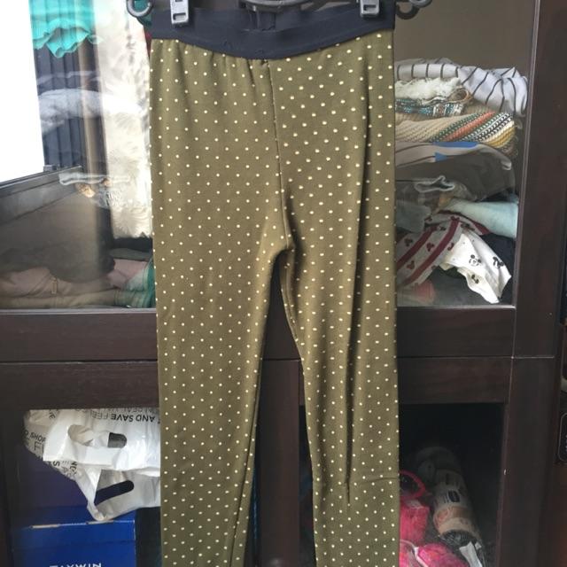กางเกงเลกกิ้งสีเขียวข
