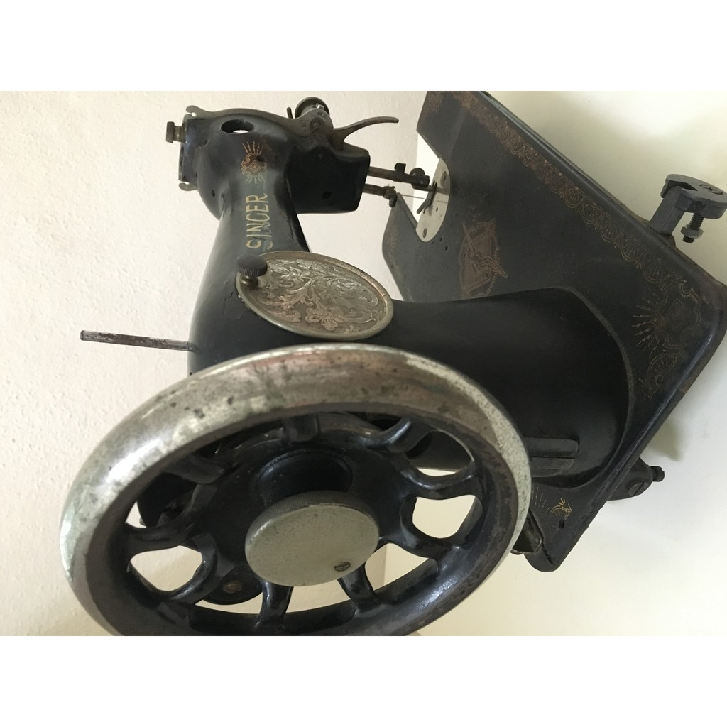 Classic Antique - 1920 SINGER Old Sewing Machine for Decoration