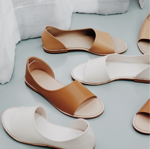 """รองเท้าแตะ Wanderlust ส้นแบน รุ่น Timeless Glamour """"White smoke & Warm"""